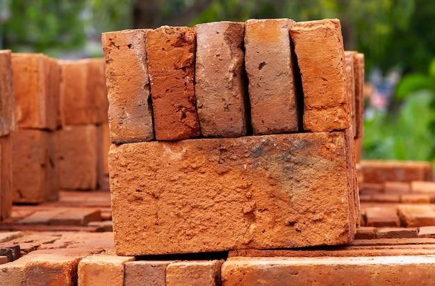 Stos cegieł z czerwonej gliny, materiałów budowlanych