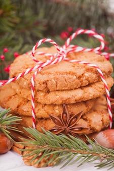Stos ciasteczka orzechowe, cynamon, badon, orzechy. świąteczna uczta, boże narodzenie.