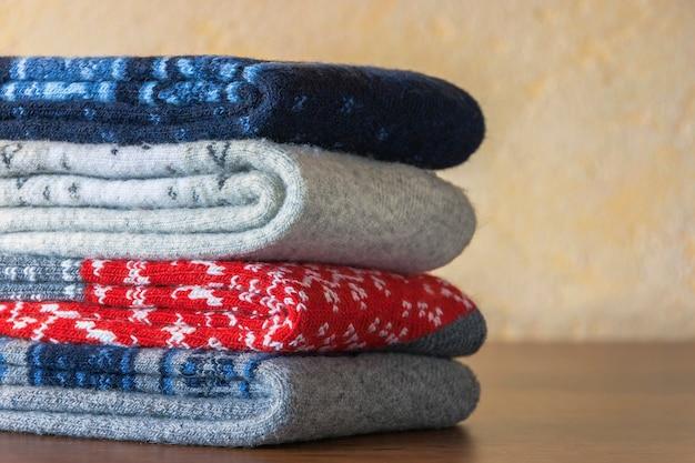 Stos ciepłych wełnianych skarpet w kolorowe wzory