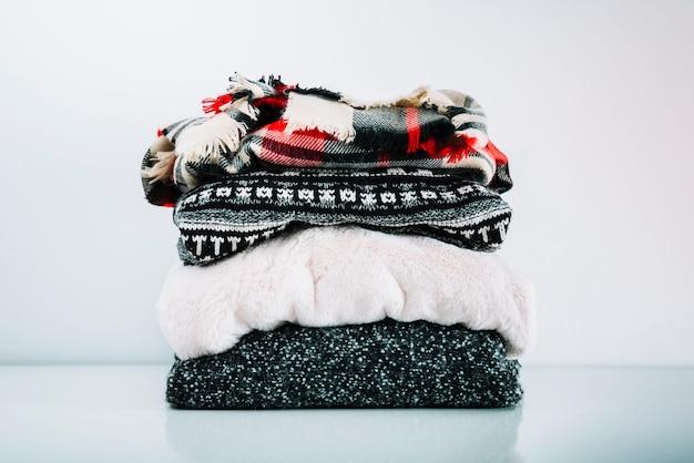 Stos ciepłych wełnianych ubrań