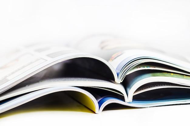 Stos czasopism bliska na białym tle