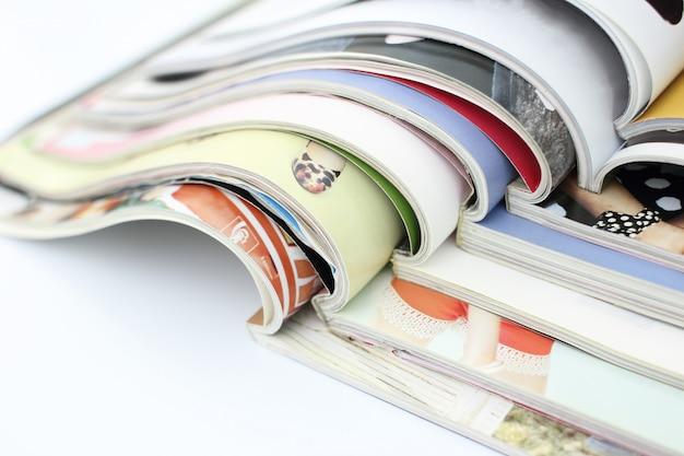 Stos czasopism na białym tle