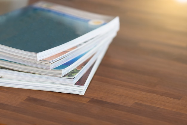 Stos czasopism na stole salonie
