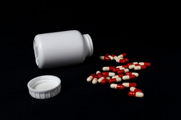 Stos czerwonych i niebieskich kapsułek leku