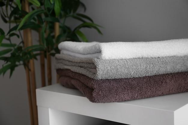Stos czystych miękkich ręczników na półce