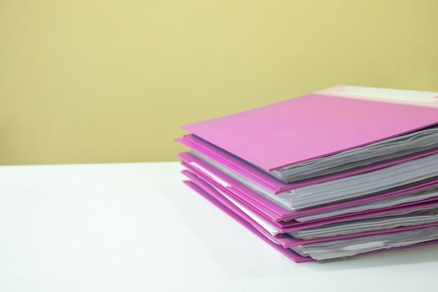 Stos dokumentów konta na białym biurku