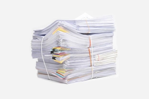Stos dokumentów na białym tle. stos dokumentów.