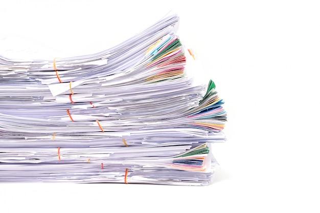 Stos dokumentów na białym tle