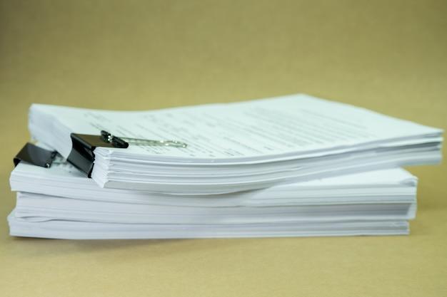 Stos dokumentów na kartonie brązowy papier w koncepcji uratować ziemię