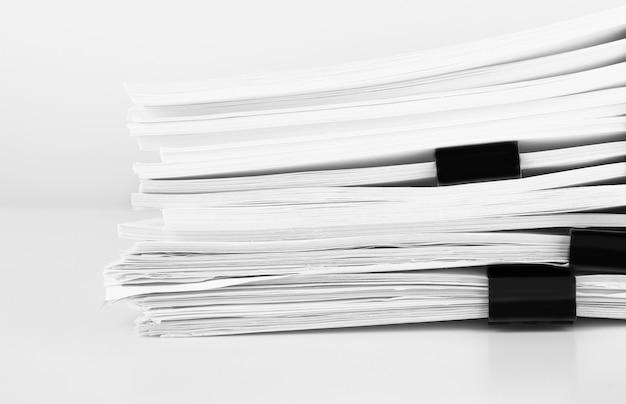 Stos dokumentów papierowych raportowych na biurko biznesowe, dokumenty biznesowe dla plików raportów rocznych. koncepcja biura biznesowe.