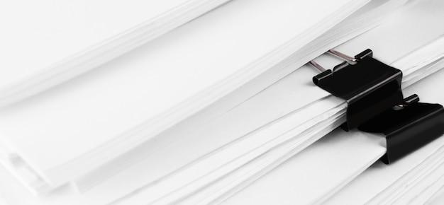 Stos dokumentów papierowych raportu na biurko biznesowe. koncepcja biura biznesowe, nieostrość.