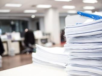 Stos dokumentu na stole