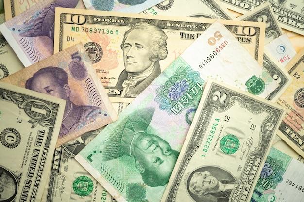 Stos dolara amerykańskiego i chińskiego juana banknotów na stole