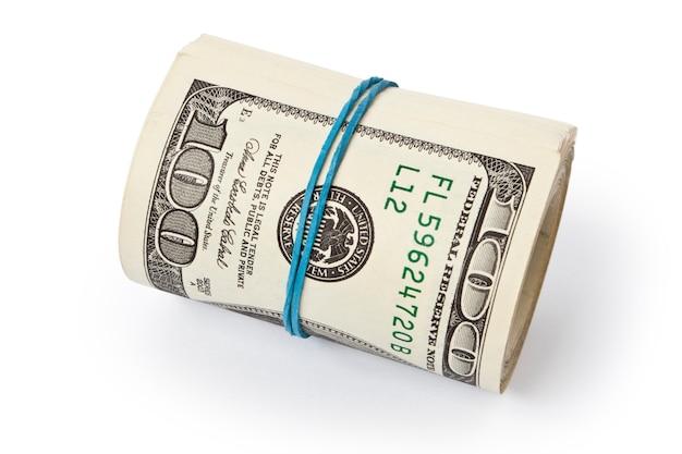 Stos dolarów pieniędzy na białym tle