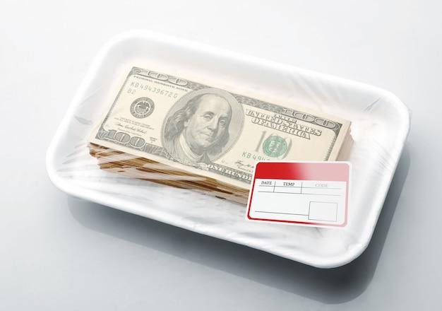 Stos dolarów w piankowej tacce na żywność z etykietą