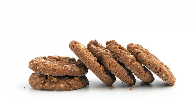 Stos domowych ciasteczek czekoladowych na białym tle.