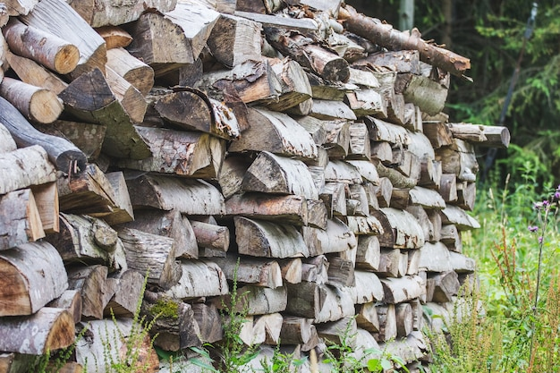Stos drewna opałowego do utonięcia w kominku w zimnych porach roku