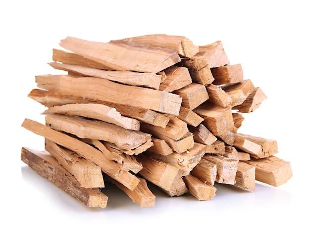 Stos drewna opałowego na białym tle