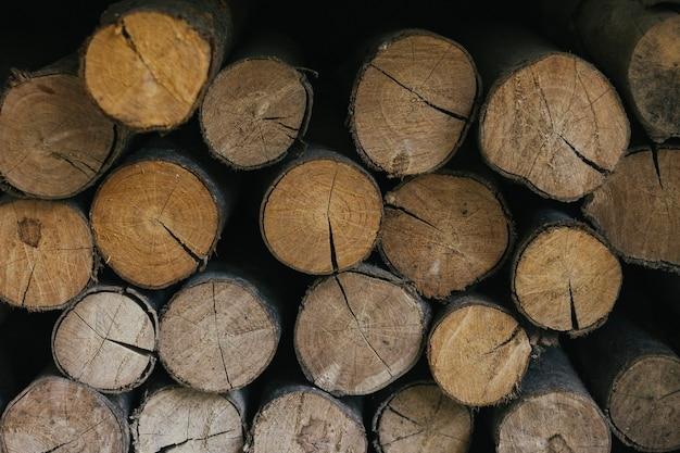 Stos drewna teksturowanego tła