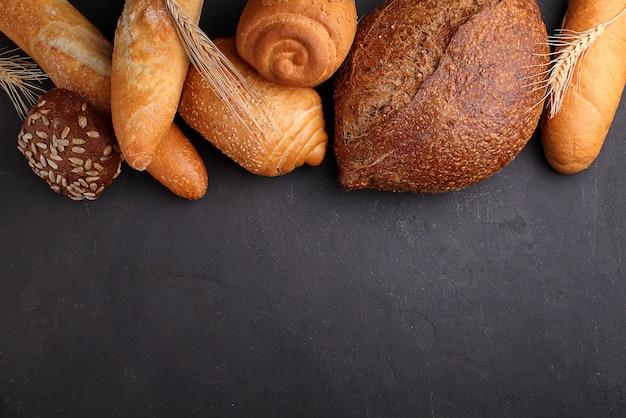 Stos fantazyjny chleb na czerni kamienia tle