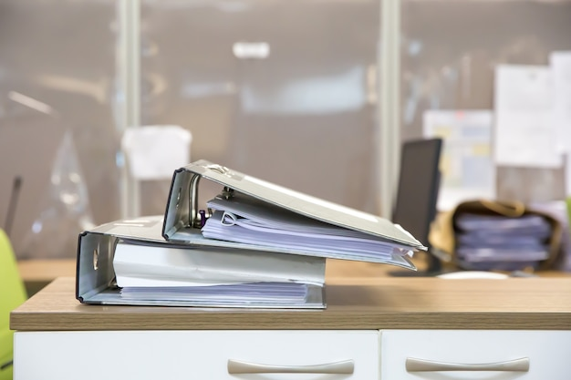Stos folderów dokumentów z bliska.