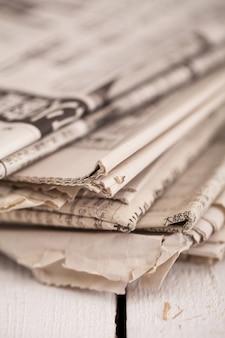 Stos gazet na białym stole