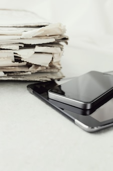 Stos gazet z cyfrowy tablet i smartfon