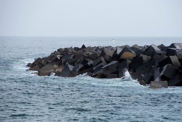 Stos kamieni falochronowych na wybrzeżu