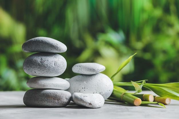 Stos kamieni zen na stole na zewnątrz