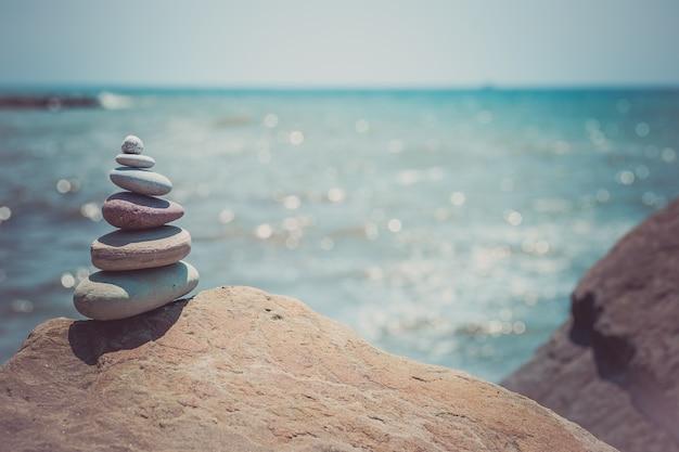 Stos kamieni zen w pobliżu morza. harmonia, równowaga.