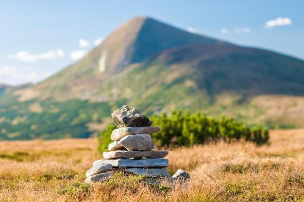 Stos kamieni zen z widokiem na szczyt góry. pojęcie równowagi i harmonii.