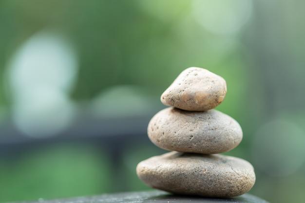 Stos kamienia na drewnianym stole na tle