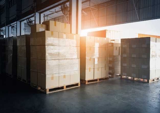 Stos kartonów czekających na załadunek do kontenera ciężarówki. transport ładunków, spedycja, usługi magazynowe dostaw.