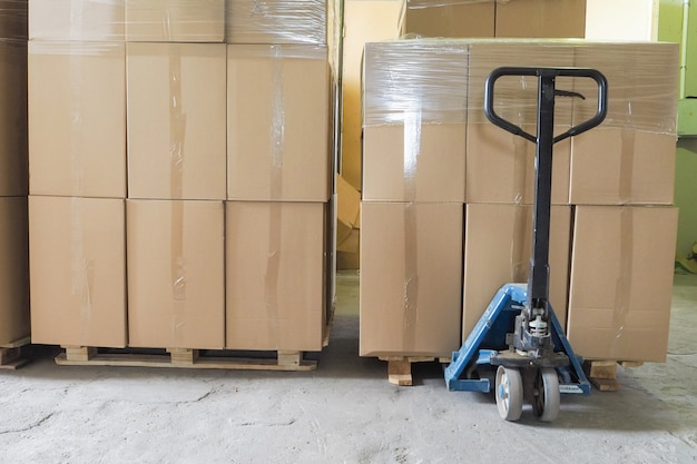 Stos kartonów na palecie gotowy do transportu.