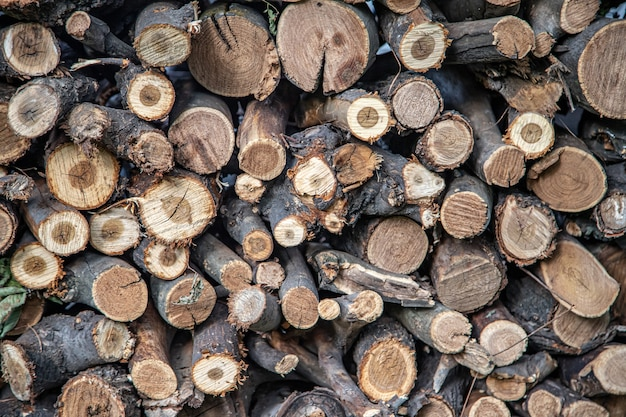 Stos kłód. naturalne podłoże drewniane z drewna. ściana z bali. stos drewna