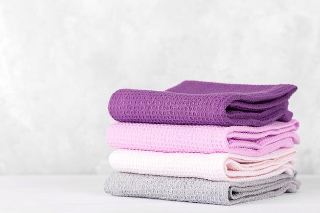 Stos kolorowych bawełnianych ręczników kuchennych