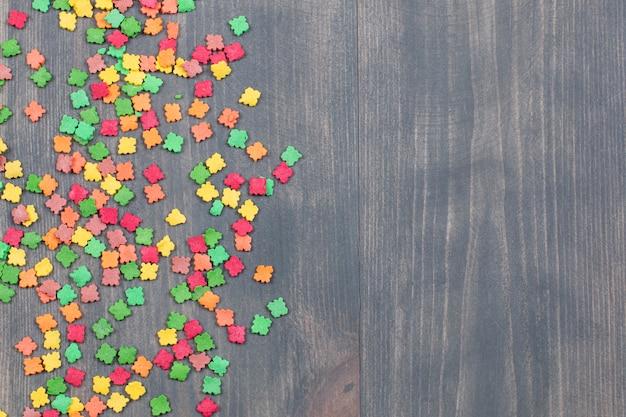 Stos kolorowych cukierków na drewnianej powierzchni