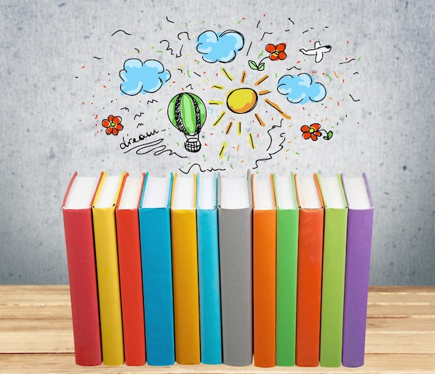 Stos kolorowych książek na tle