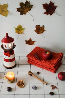 Stos kolorowych lnianych ręczników lub stos tekstylnych serwetek na kuchennym stole jesienna dekoracja domu