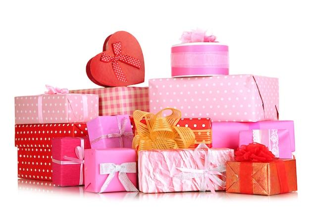 Stos kolorowych pudełek na prezenty na białym tle