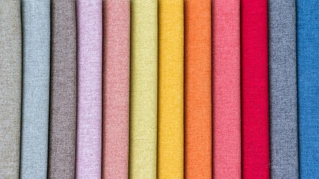 Stos kolorowych tkanin.
