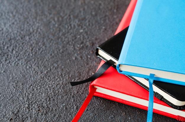 Stos kolorowych zeszytów