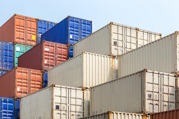 Stos kontenerów ładunkowych