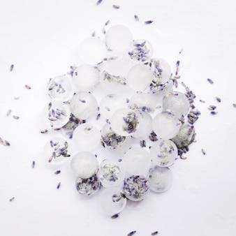 Stos kostek lodu z fioletowymi nasionami
