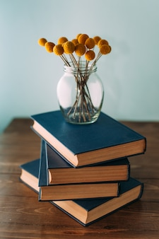 Stos książek i kwiatów