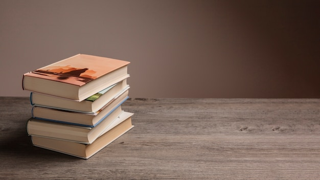 Stos książek i przestrzeni po prawej