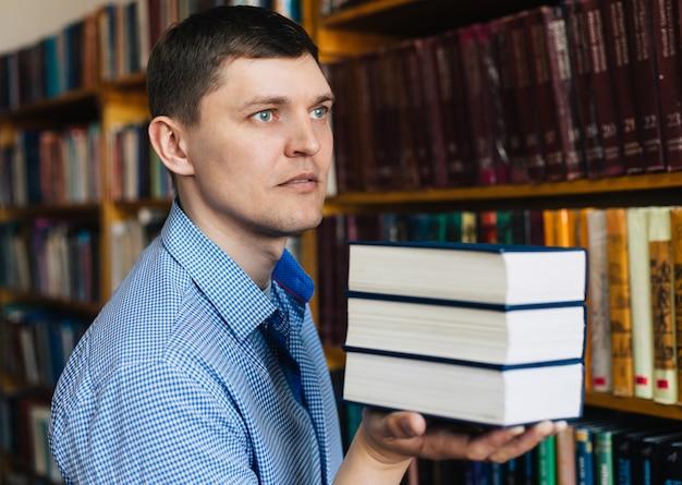 Stos książek leżących na dłoni