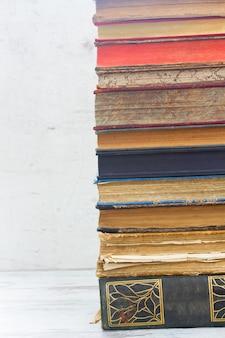 Stos książek na białym drewnianym pulpicie