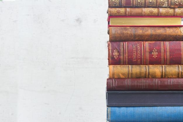 Stos książek na białym drewnianym pustym z bliska