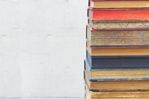 Stos książek na białym pustym bliska